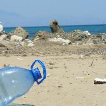 El consumo de agua embotellada en plástico deja huella