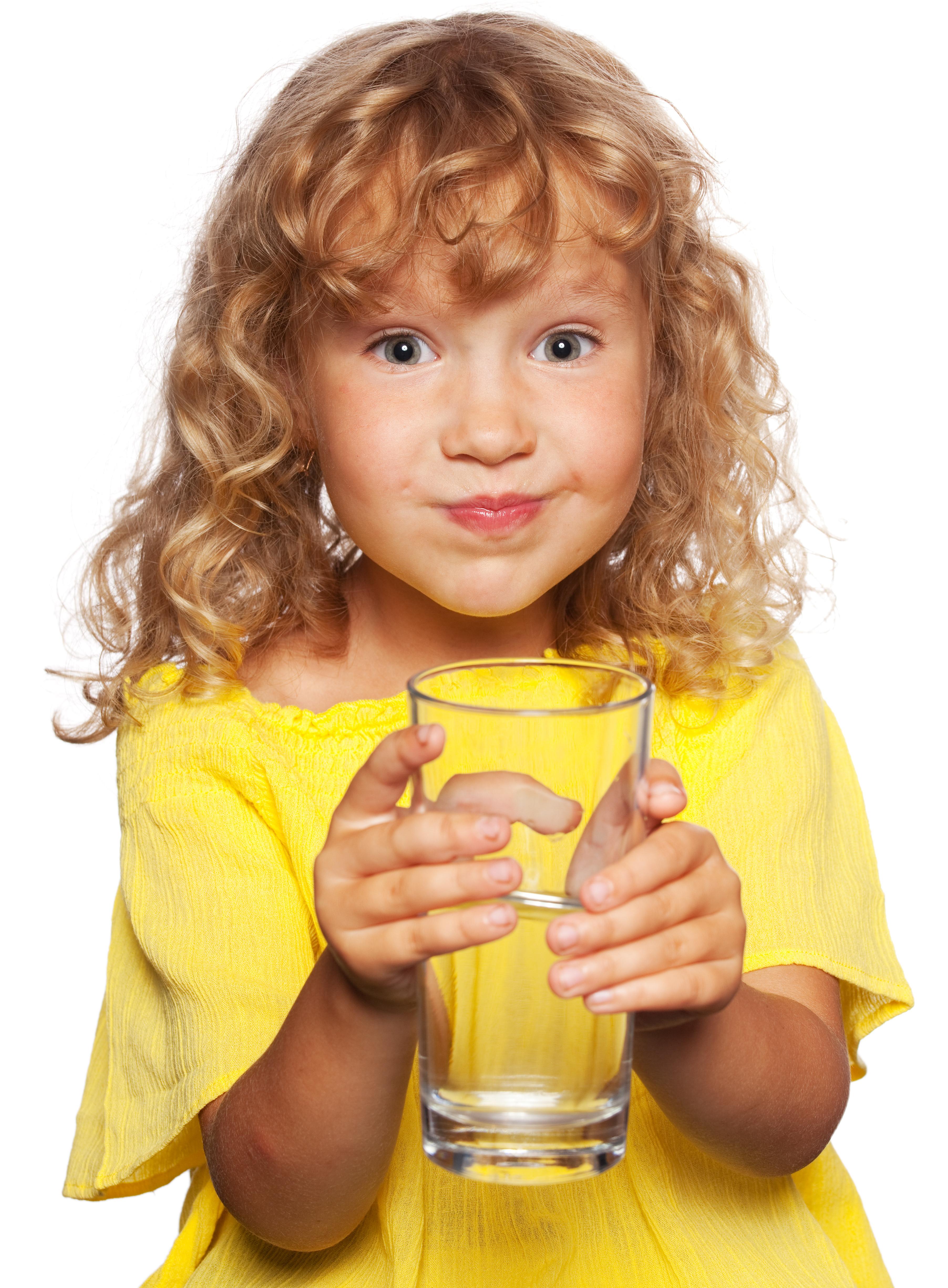 Niña bebiendo agua