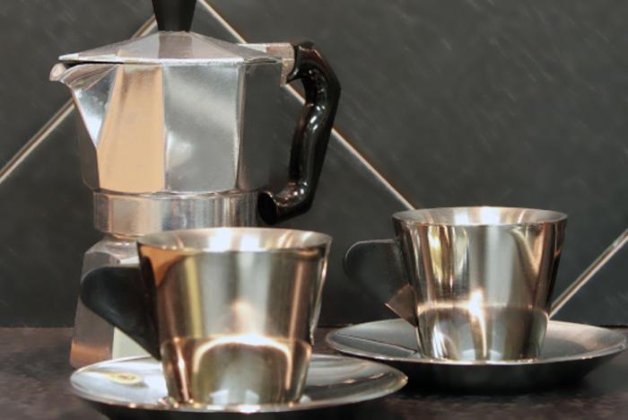 Aluninio en nuestra vida diaria, cafeteras, cacerolas y demás utensilios de cocina están hechos de aluminio.