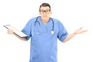 Foto médico desconcertado